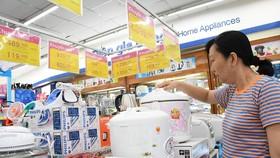 Nhiều người tranh thủ mua hàng khuyến mãi giá sốc