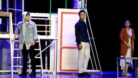 Các diễn viên của Nhà hát Tuổi Trẻ trong vở Hoa cúc xanh trên đầm lầy