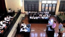 Bác sĩ Hoàng Công Lương cùng 2 bị cáo trả lời HĐXX tại phiên tòa sơ thẩm vụ án tai biến chạy thận ở Hòa Bình