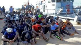 Người di cư được đưa tới một căn cứ hải quân ở Tripoli sau khi được giải cứu ngoài khơi Libya. Nguồn: TTXVN