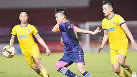 FLC Thanh Hóa (áo vàng) phải nhường lại ngôi nhì bảng cho Sanna Khánh Hòa. Ảnh: Nguyễn Nhân