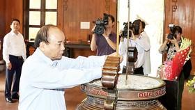 Thủ tướng Nguyễn Xuân Phúc dâng hương tại Khu Di tích quốc gia đặc biệt Kim Liên