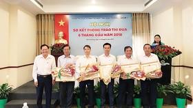 Ông Trần Trọng Lâm - Trưởng Ban Thi đua, khen thưởng tỉnh trao Bằng khen cho đại diện 05 doanh nghiệp