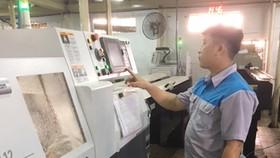 Một doanh nghiệp cơ khí tại quận 8, TPHCM, đầu tư dây chuyền tự động sản xuất bình xăng con xe máy để cạnh tranh với hàng nhập lậu. Ảnh: DŨNG LÊ