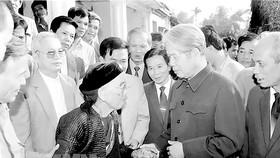 Tổng Bí thư Đỗ Mười nói chuyện thân mật với nhân dân xã Lê Lợi, huyện Thường Tín - Hà Tây (cũ), ngày 1-11-1992. Ảnh: TTXVN