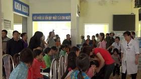 Nhiều học sinh Trường PTDTBT Tiểu học Xín Cái nghị bị ngộ độc thực phẩm được đưa ra Bệnh viện Đa khoa huyện Mèo Vạc. Ảnh: Hà Giang Online