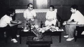 Cô Bảy Vân tiếp đoàn nhà báo Liên Xô thăm Báo SGGP năm 1987