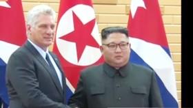 Nhà lãnh đạo Triều Tiên Kim Jong-un (phải) và Chủ tịch Cuba Miguel Diaz-Canel