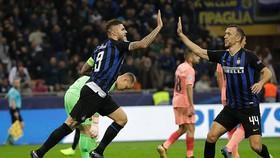 Mauro Icardi (trái) ghi bàn vào lưới Barcelona, giúp Inter Milan quân bình tỷ số 1 - 1.