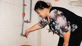 Bà Nguyễn Thị Thu Hiền (ngụ phường Mỹ An, quận Ngũ Hành Sơn) khốn khổ vì không có nước sinh hoạt
