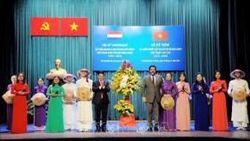 Phó Chủ tịch UBND TPHCM Huỳnh Cách Mạng và Tổng lãnh sự Vương quốc Hà Lan tại TPHCM Carel Richter tặng hoa các nghệ sỹ biểu diễn tại buổi lễ. Ảnh: TTXVN