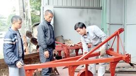 Sau khi chế tạo robot gieo hạt, nông dân Phạm Văn Hát tiếp tục nghiên cứu loại máy cày 3 lưỡi để giúp nông dân