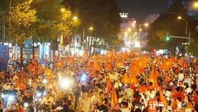 Hàng ngàn cổ động viên trên đường Trần Hưng Đạo, quận 1 đổ về khu trung tâm TPHCM. Ảnh: HOÀNG HÙNG