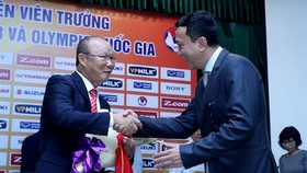 Coach Park Hang-seo (left) shakes hand with Việt Nam Football Federation Vice President Trần Quốc Tuấn -Photo: VNS