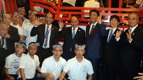 Vietnamese PM Phuc and his Japanese counterpart Shinzo Abe join in the ribbon cutting ceremony of Vietnam-Japan Cultural Space-Photo SGGP