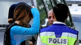 Vietnamese citizen Doan Thi Huong is escorted to the court in Sepang, Malaysia. (Source: AFP/VNA)