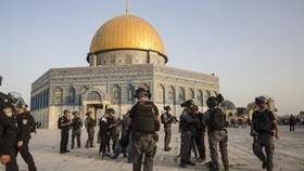 Israeli riot police take up positions next to Dome of the Rock at the Al-Aqsa Mosque compound in the Old City of Jerusalem on July 27, 2017. EPA/VNS