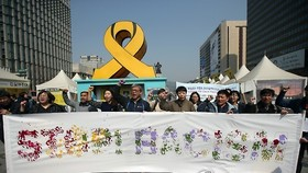 This file photo, taken on March 21, 2016, shows members of a rights groups for migrant workers calling for an end to racism to mark International Day for the Elimination of Racial Discrimination in downtown Seoul. (Yonhap)