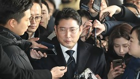 Hyosung Group Chairman Cho Hyun-joon speaks to reporters after arriving at the Seoul Central District Prosecutors' Office for questioning on Jan. 17, 2018. (Yonhap)