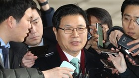 Rep. Hong Moon-jong of the main opposition Liberty Korea Party answers reporters' questions on March 9, 2018, as he appeared for prosecution questioning over suspected use of illegal political funds. (Yonhap)