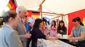 """Johannes Selle, Member of the German Parliament, is about to enjoy Vietnam's """"pho"""" during the international culinary festival """"Delicanto – Here the world eats"""" in Berlin, Germany, from April 21 - 22. (Photo: VNA)"""