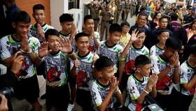 "Thai ""Wild Boars"" leave hospital, meet press"