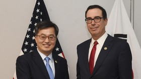 South Korea's Finance Minister Kim Dong-yeon (L) shakes hands with U.S. Secretary of the Treasury Steven Mnuchin ahead of their meeting in Buenos Aires on July 21, 2018. (Yonhap)