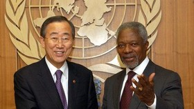 This Yonhap file photo shows former U.N. Secretary-General Ban Ki-moon (L) shaking hands with Kofi Annan, the Nobel laureate and Ban's predecessor, on Dec. 15, 2006. (Yonhap)