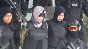 Malaysian police escorted Doan Thi Huong (centre).(Photo: VNA)