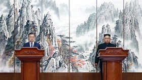 South Korean President Moon Jae-in (L) and North Korean leader Kim Jong-un hold a joint press conference in Pyongyang on Sept. 19, 2018 to announce the outcome of their third bilateral summit held in the North Korean capital from the previous day. (Yonhap