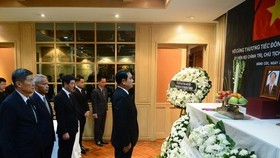 Thai Prime Minister Prayut Chan-o-cha (R) pays tribute to President Tran Dai Quang at the Vietnamese Embassy in Thailand on September 24 (Photo: VNA)