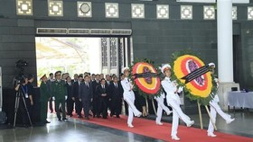 Some 1,500 domestic and international delegations with approximately 50,000 people had paid tribute to President Tran Dai Quang by 17:00 on September 26. (Photo: VNA)