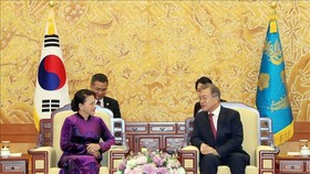 Chairwoman of the Vietnamese National Assembly Nguyen Thi Kim Ngan (left) and President of the Republic of Korea (RoK) Moon Jae-in in a meeting in Seoul on December 6. (Photo: VNA)