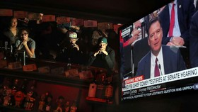 Người dân Mỹ theo dõi phiên điều trần của cựu Giám đốc FBI Comey trên truyền hình