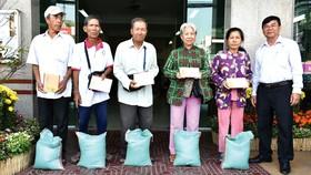 Ông Lý Khôi Văn, Chủ tịch công ty chúc tết và trao phần quà cho người bán vé số