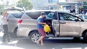 Hành khách đi xe Uber. Ảnh: THÀNH TRÍ