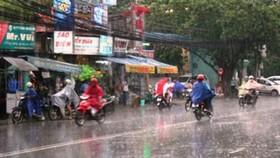 Miền Nam tiếp tục có mưa dông, miền Trung nắng nóng 38°C