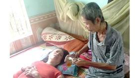 Mặc dù đang mắc bệnh ung thư giai đoạn cuối nhưng hàng ngày ông Nại vẫn chăm sóc vợ và mẹ già nằm  một chỗ