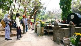 Du khách viếng mộ nữ anh hùng Võ Thị Sáu