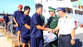 Các thuyền viên về cảng Cam Ranh an toàn