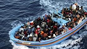 Hàng trăm người nhập cư từ Bắc Phi chen chúc trên thuyền với hy vọng cập bến châu Âu. Ảnh: AP