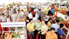 Hội nghị kết nối cung - cầu hàng hóa giữa TPHCM với các tỉnh, thành thường thu hút đông đảo doanh nghiệp, người dân tới tham quan, ký kết hợp tác mua bán các đặc sản vùng miền. Ảnh: THÀNH TRÍ