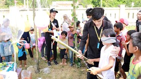 Tổ chức trò chơi cho các em nhỏ dân tộc vùng cao