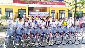 """Trao xe đạp cho học sinh có hoàn cảnh khó khăn ở huyện miền núi Tây Trà, Quảng Ngãi từ nguồn đóng góp chương trình """"Ly cà phê thiện nguyện tháng 9"""". Ảnh: PHAN TẤN HẢI"""