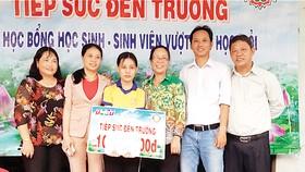 """Công ty TNHH MTV Xổ số kiến thiết Đồng Tháp trao học bổng """"Tiếp sức đến trường"""" tại huyện Lấp Vò"""
