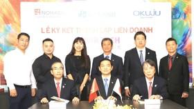 Ông Lê Viết Hải - Chủ tịch HĐQT, Tổng Giám đốc Công ty Cổ phần Tập đoàn Xây dựng Hòa Bình (người ngồi chính giữa) cùng hai đối tác đến từ Nhật trong buổi ký kết