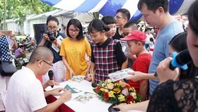TS Giáp Văn Dương ký tặng sách cho độc giả nhân dịp ra mắt bộ sách Trò chuyện khoa học 4.0