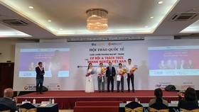 Ông Phạm Mạnh Cường – PGĐ Khối Doanh nghiệp (áo trắng, thứ hai từ trái qua) đại diện SCB nhận kỷ niệm chương từ chương trình