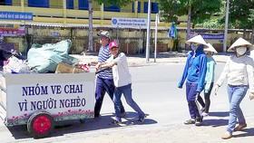 Gom ve chai giúp người nghèo