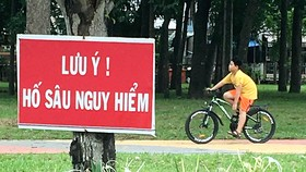 Trẻ em vui chơi ngay bên kênh sâu, không rào chắn an toàn trong công viên Gia Định, TPHCM
